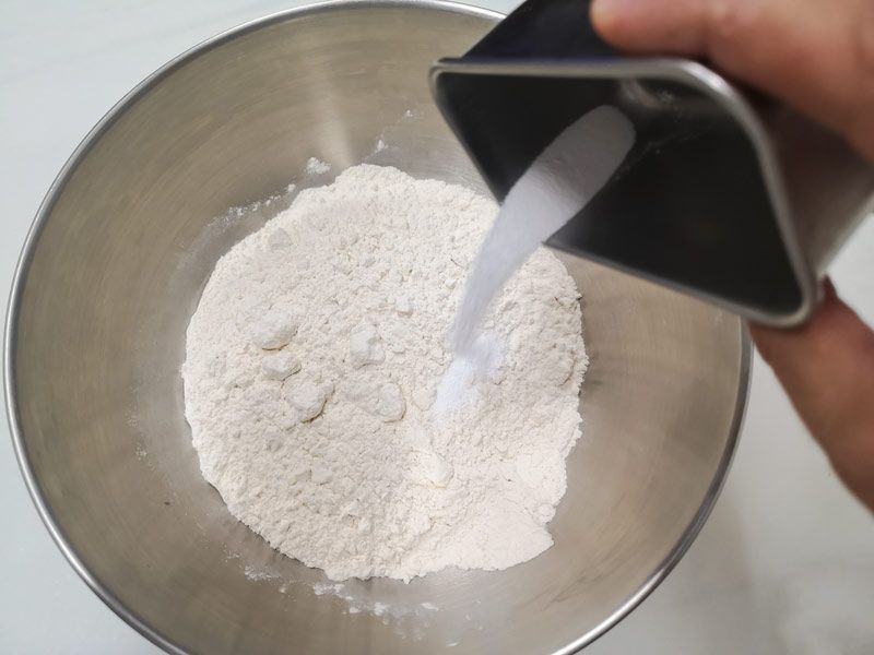 Mezclando harina, sal y carbonato para la masa de ramen