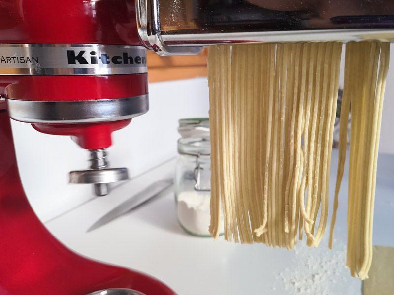 Corte de fideos de ramen con una máquina de pasta