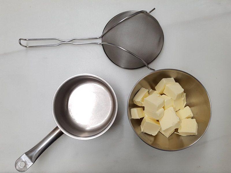 Ingredientes y utensilios para hacer mantequilla clarificada