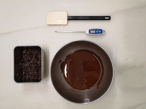 Utensilios para atemperar el chocolate mediante siembra