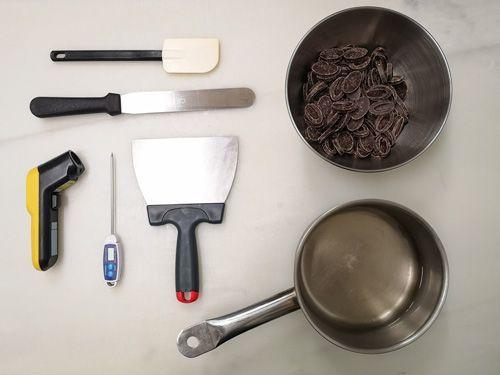 Utensilios necesarios para atemperar el chocolate en mesa