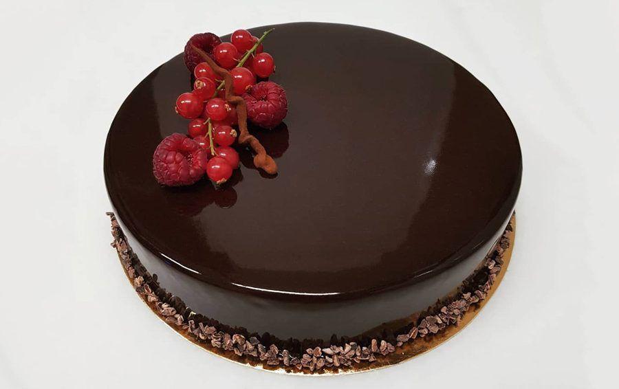tarta de frutos rojos con glaseado espejo de chocolate