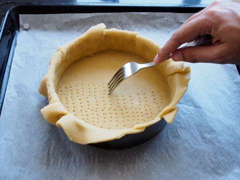 pinchar aro de tarta con un tenedor